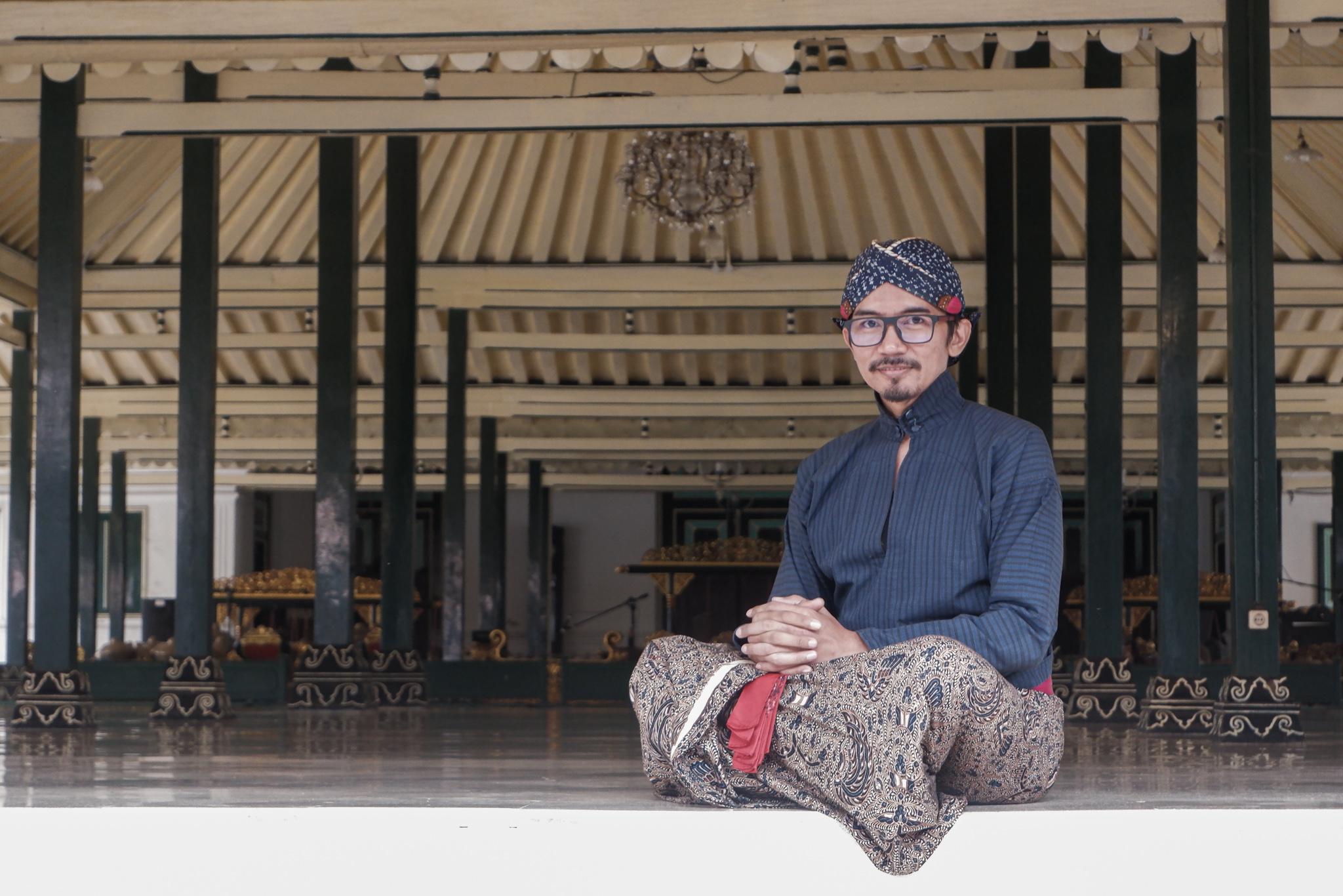 Kanjeng Noto berpose di selasar di dalam Keraton Yogyakarta. .jpg