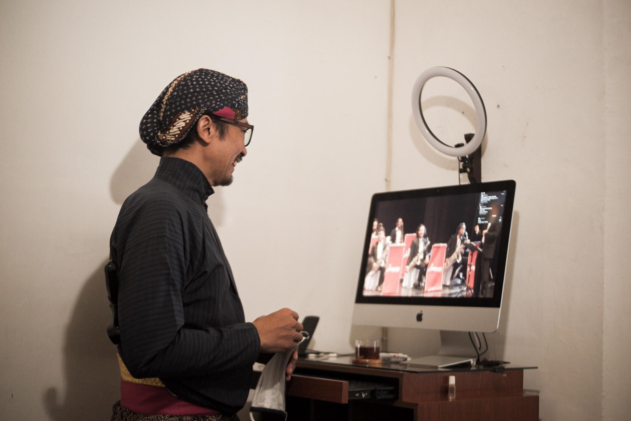 Kanjeng Noto menunjukan rilisan terbaru grup musik binaannya yang berjudul 'tiga malam'. .jpg