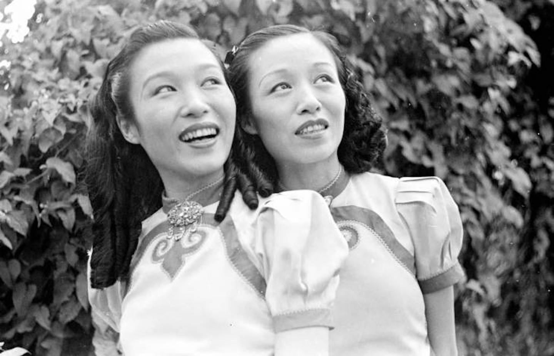 Dua perempuan tersenyum.
