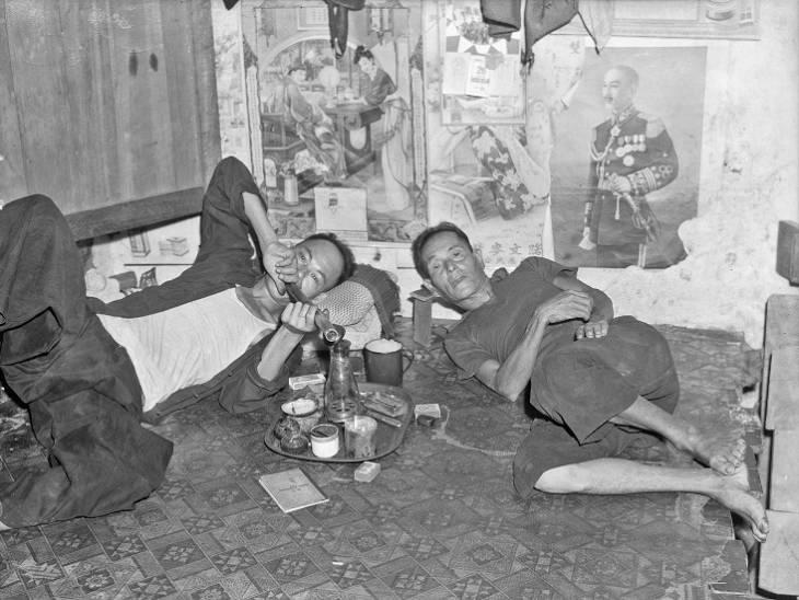 Dua lelaki mengisap opium.