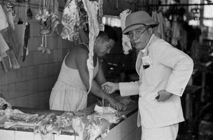 Seorang bapak-bapak membeli daging di era 1940-an.