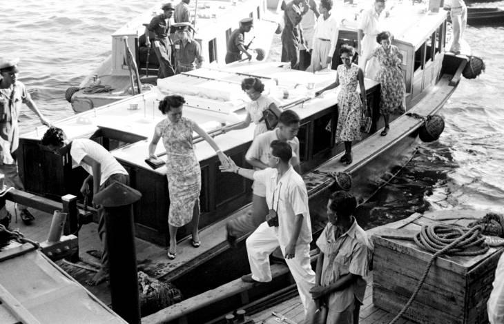 Penumpang turun dari perahu. Foto diambil kira-kira pada 1955 atau 1956.