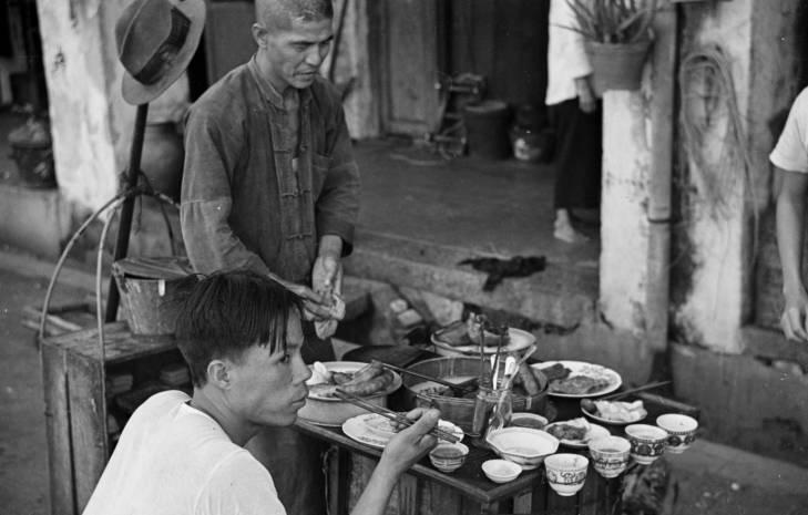 Lelaki beli makanan di tepi jalan pada 1940-an.