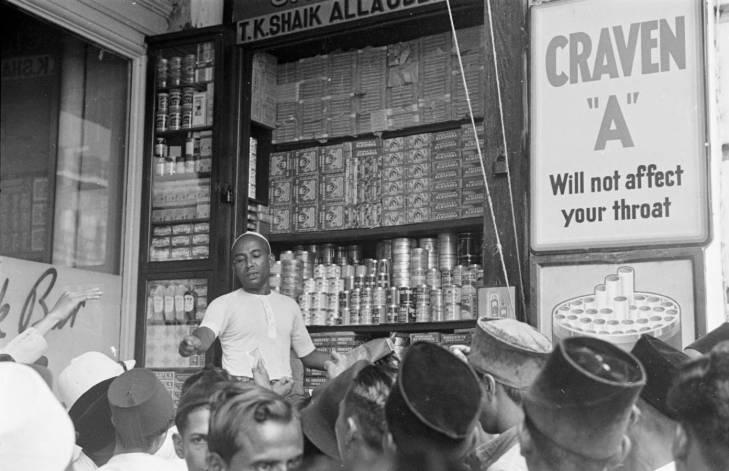Pembeli mengantre beli rokok pada 1940-an.