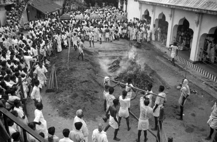 Sekelompok laki-laki mempersiapkan lubang api untuk festival Theemithi di Kuil Sri Mariamman pada 1950-an.