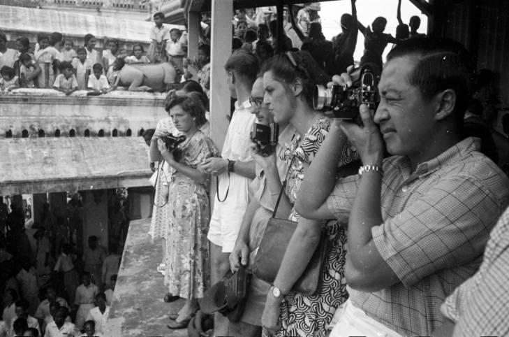 Penonton mengambil foto selama festival Theemithi di Kuil Sri Mariamman pada 1950-an.