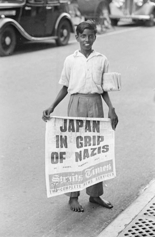 Loper koran menjajakan Straits Times pada 1940-an.