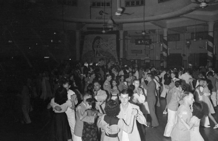 Orang berdansa pada 1940-an.