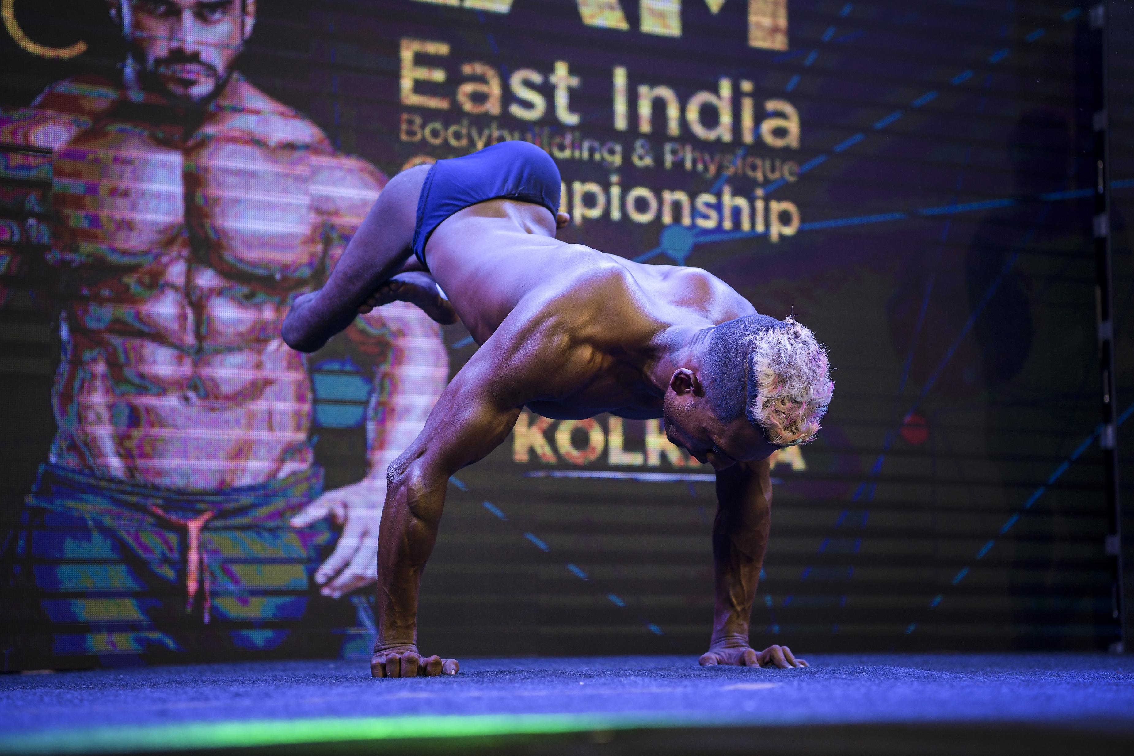 Soumen melakukan handstand dalam kejuaraan lokal di Kolkata.
