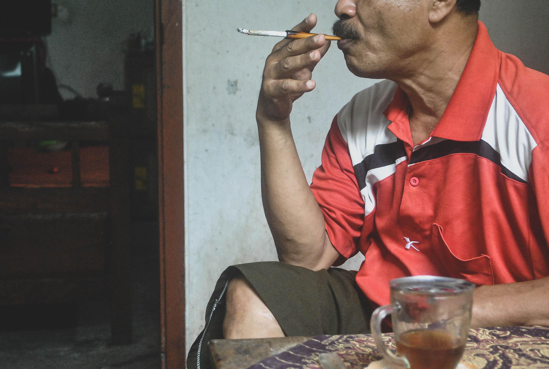 Dadap, pinisepuh asal Blitar yang memiliki kemampuan memasang susuk ketika diwawancara VICE di rumahnya.jpg