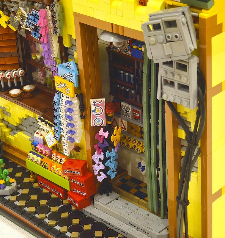 Tampak dekat susunan toko kelontong beserta barang dagangan LEGO