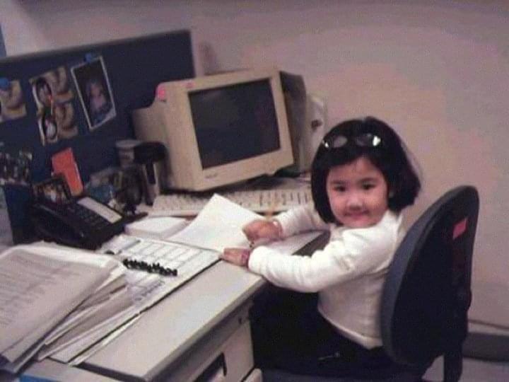 Penulis berpose di depan komputer jadul untuk menulis saat masih tiga tahun.