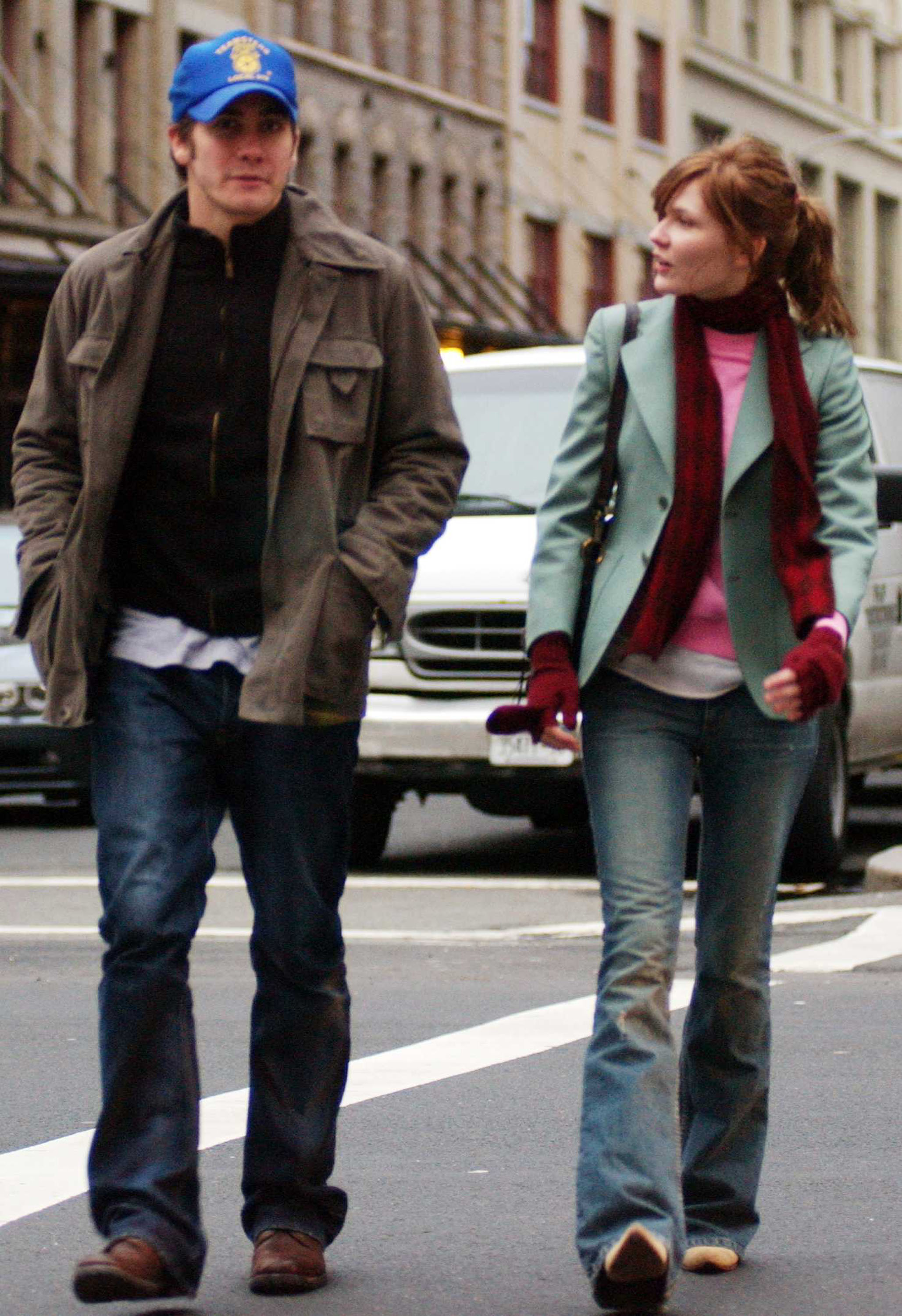 kirsten dunst and jake gyllenhall walking in new york in the 00s