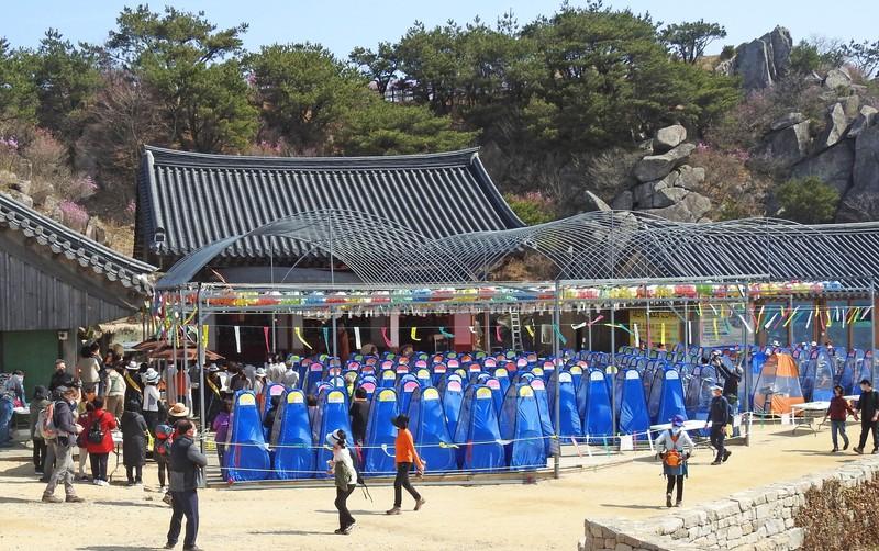 """Upacara Keagamaan Korea Selatan Gunakan """"Prayer Pod"""" Untuk Cegah Penyebaran Covid-19! Keren!"""