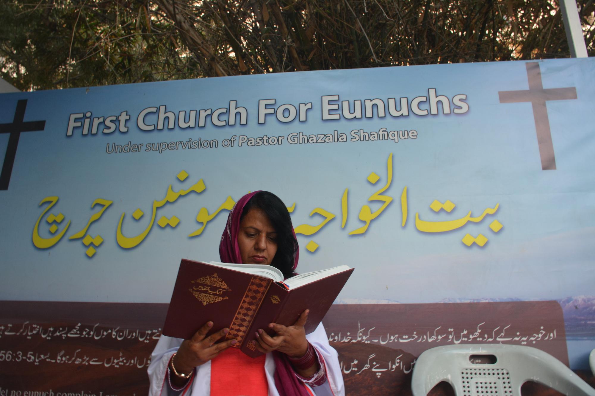 Pendeta Ghazala Shafique membaca alkitab berbahasa Urdu di gereja Karachi.