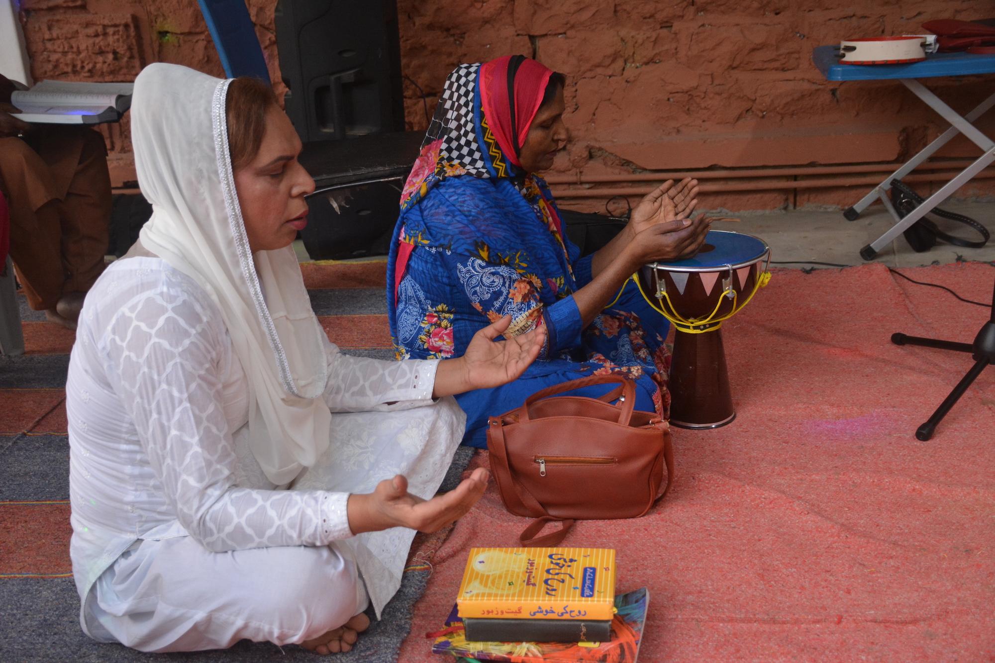 Dua orang transpuan berdoa di First Church of Eunuch yang ada di Karachi.