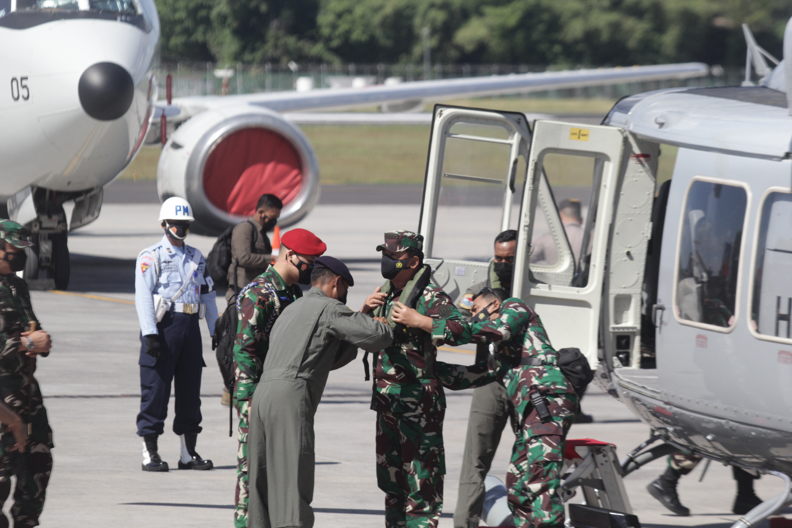 Indonesian soldiers board helicopter en route to rescue mission