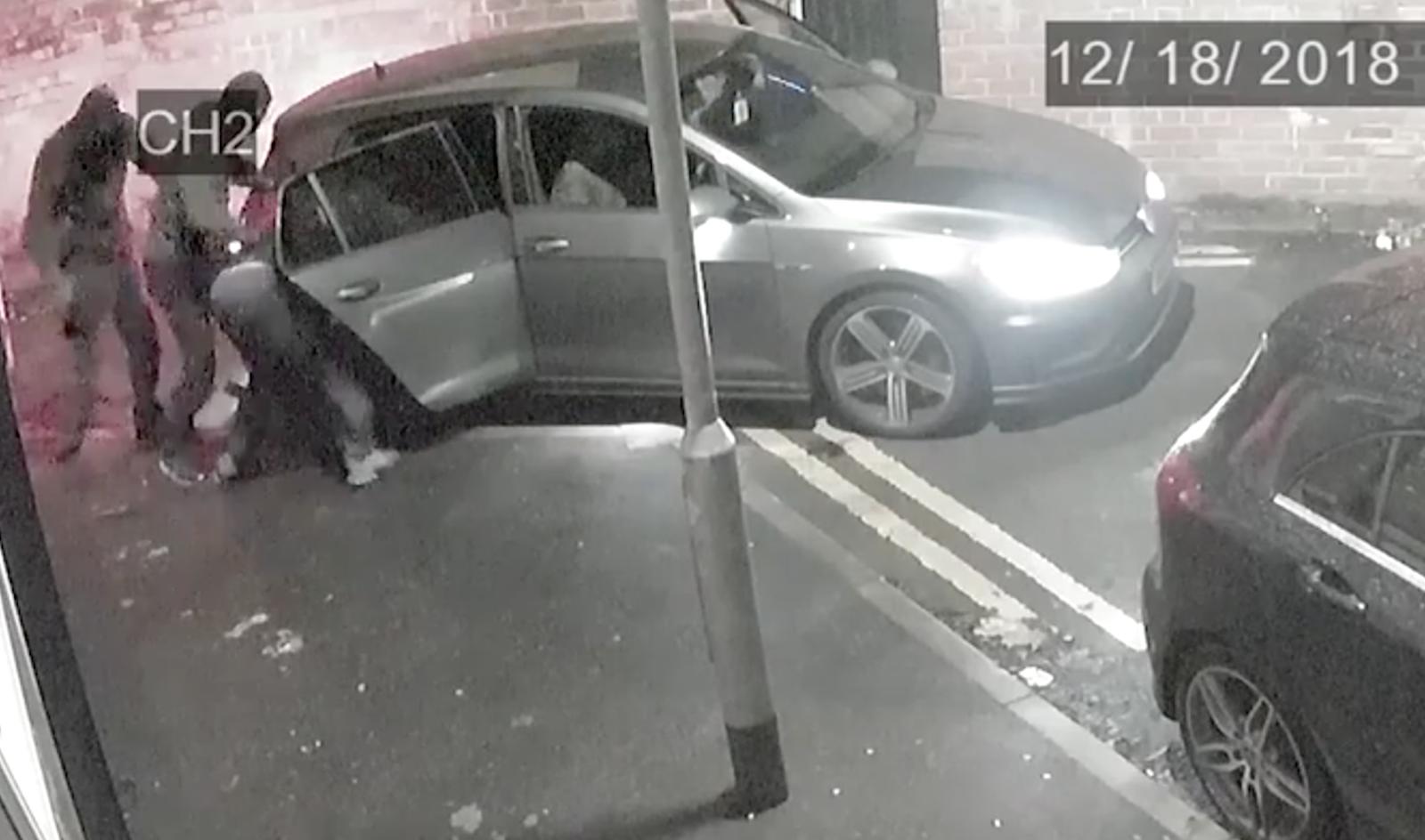 Tangkapan layar dari rekaman CCTV menampilkan korban penculikan dipaksa masuk ke dalam mobil di Salford, Greater Manchester.