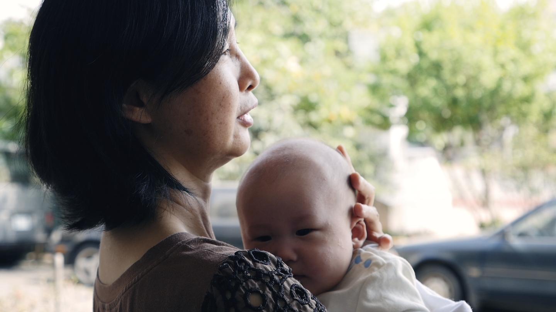 Ibu Chen-yun menggendong bayi.