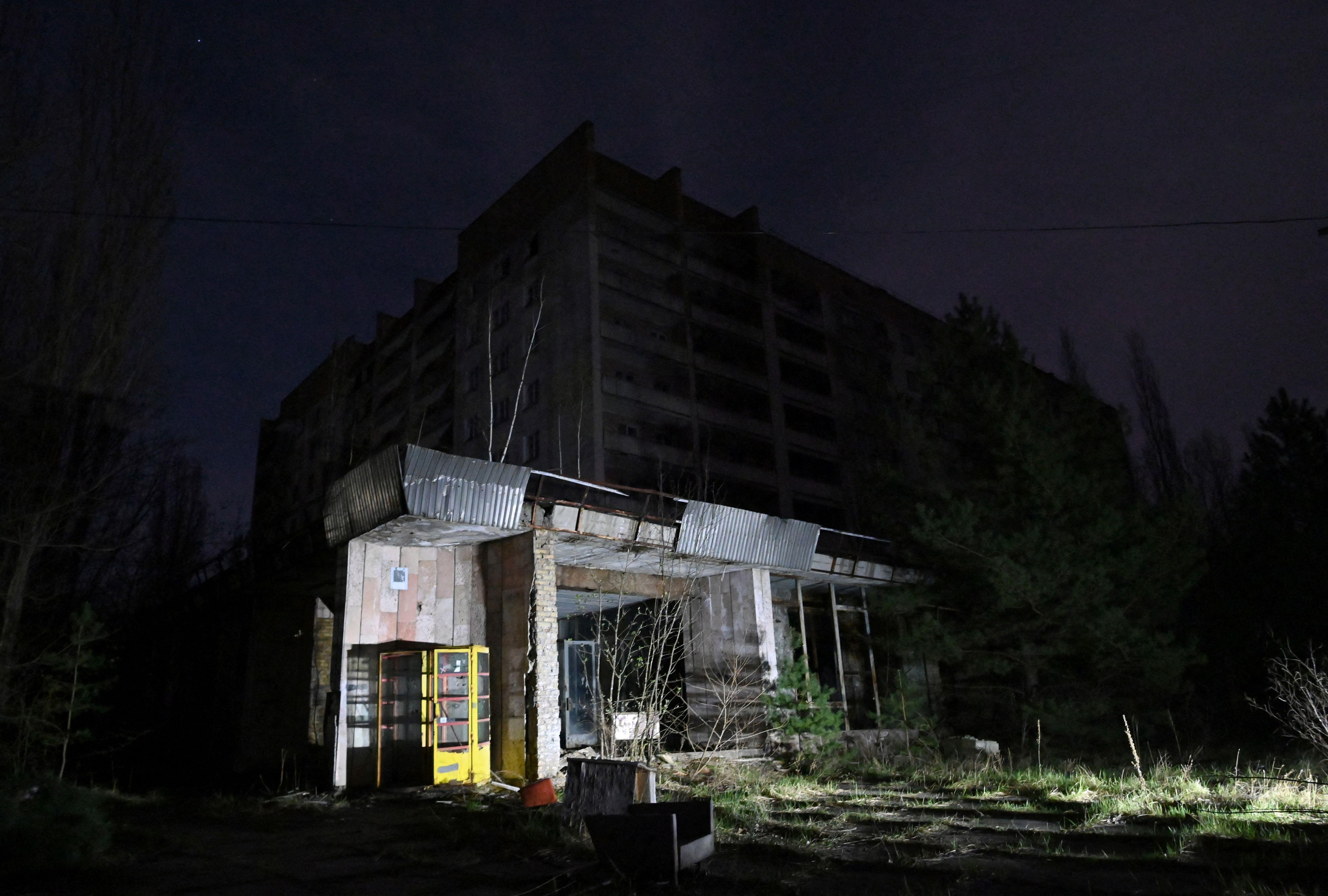 Bangunan terbengkalai di kota mati Pripyat. Foto: Genya Savilov/AFP