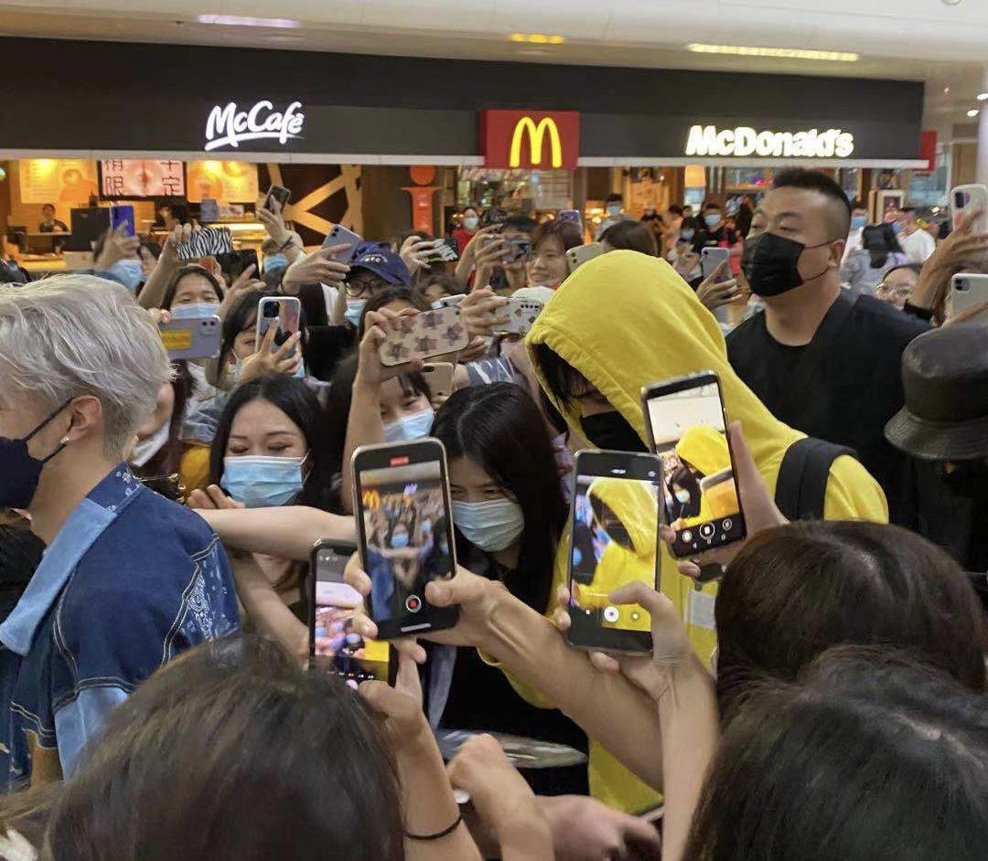 Lelush dikerubungi penggemar ketika meninggalkan bandara Haikou, Provinsi Hainan pada Senin. Foto: Lydia Lyu