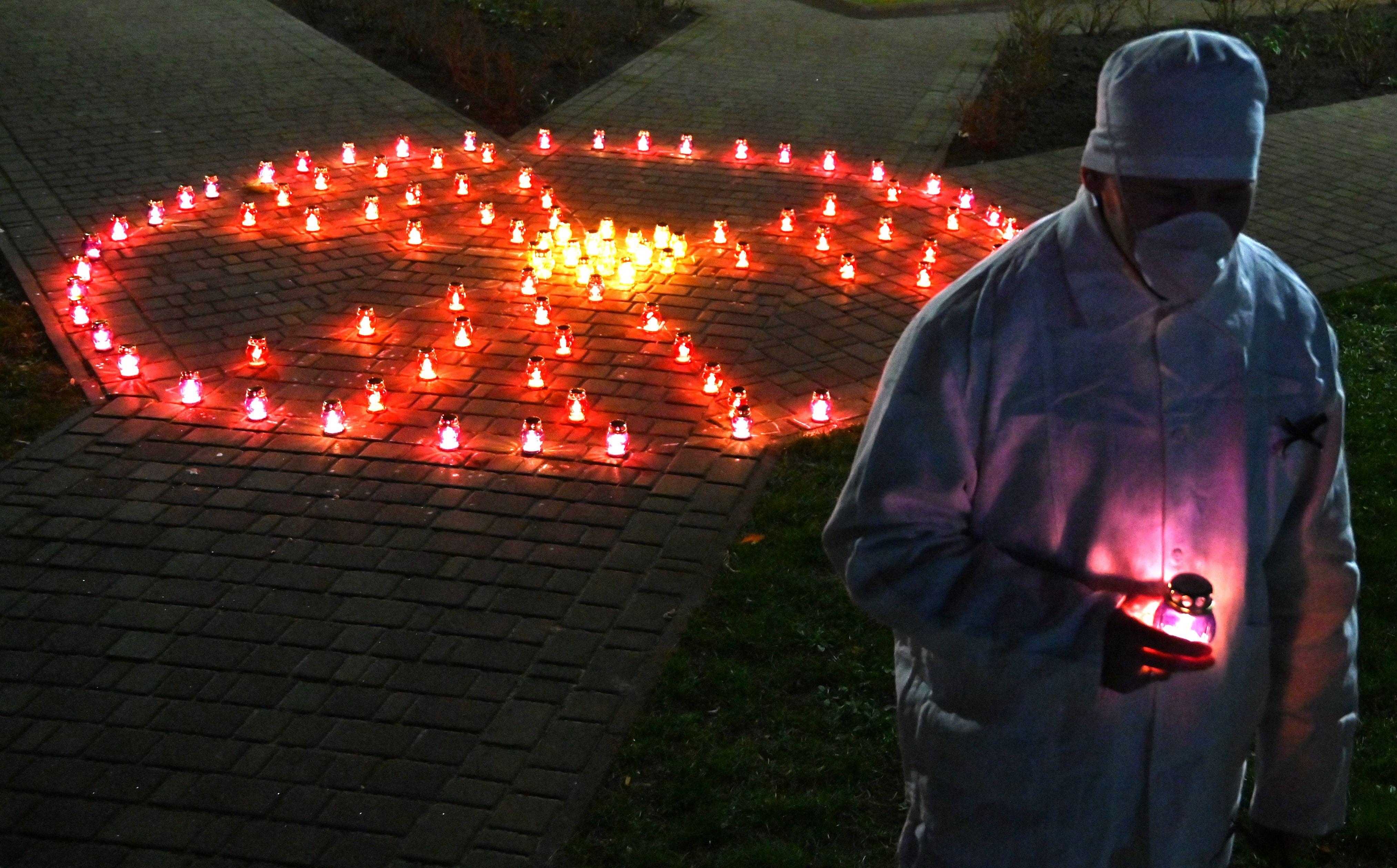 Susunan lilin untuk memperingati 35 tahun Chernobyl