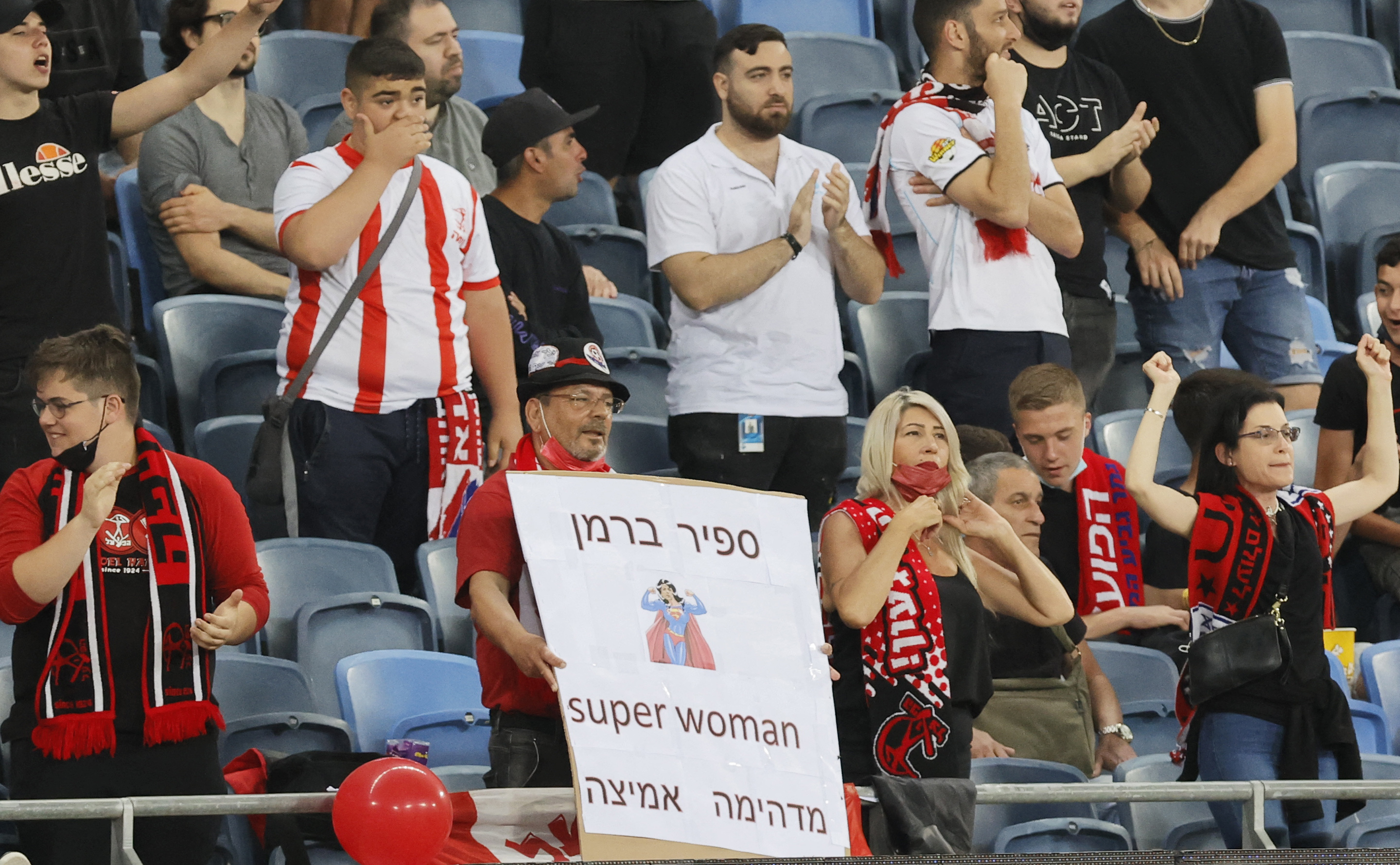 A Hapoel Haifa fan holds up a sign supporting Berman prior to the game. Photo: JACK GUEZ/AFP via Getty Images