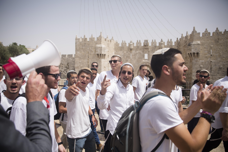 Warga Israel pawai di Gerbang Damaskus, Kota Lama Yerusalem pada Senin. Foto: Amir Levy/Getty Images