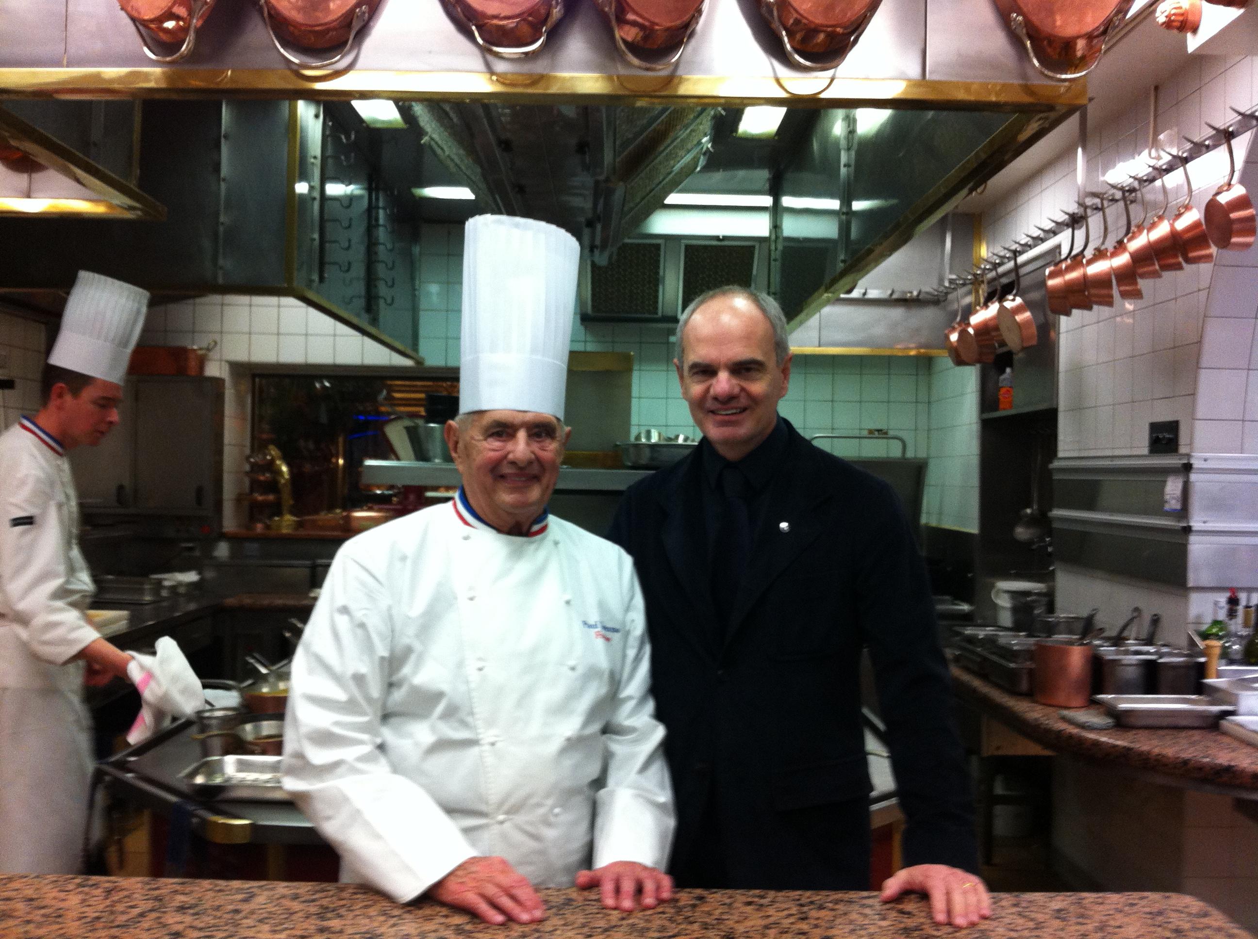 Derflingher (kanan) bersama koki Paul Bocuse, yang mendirikan asosiasi Euro Toques.