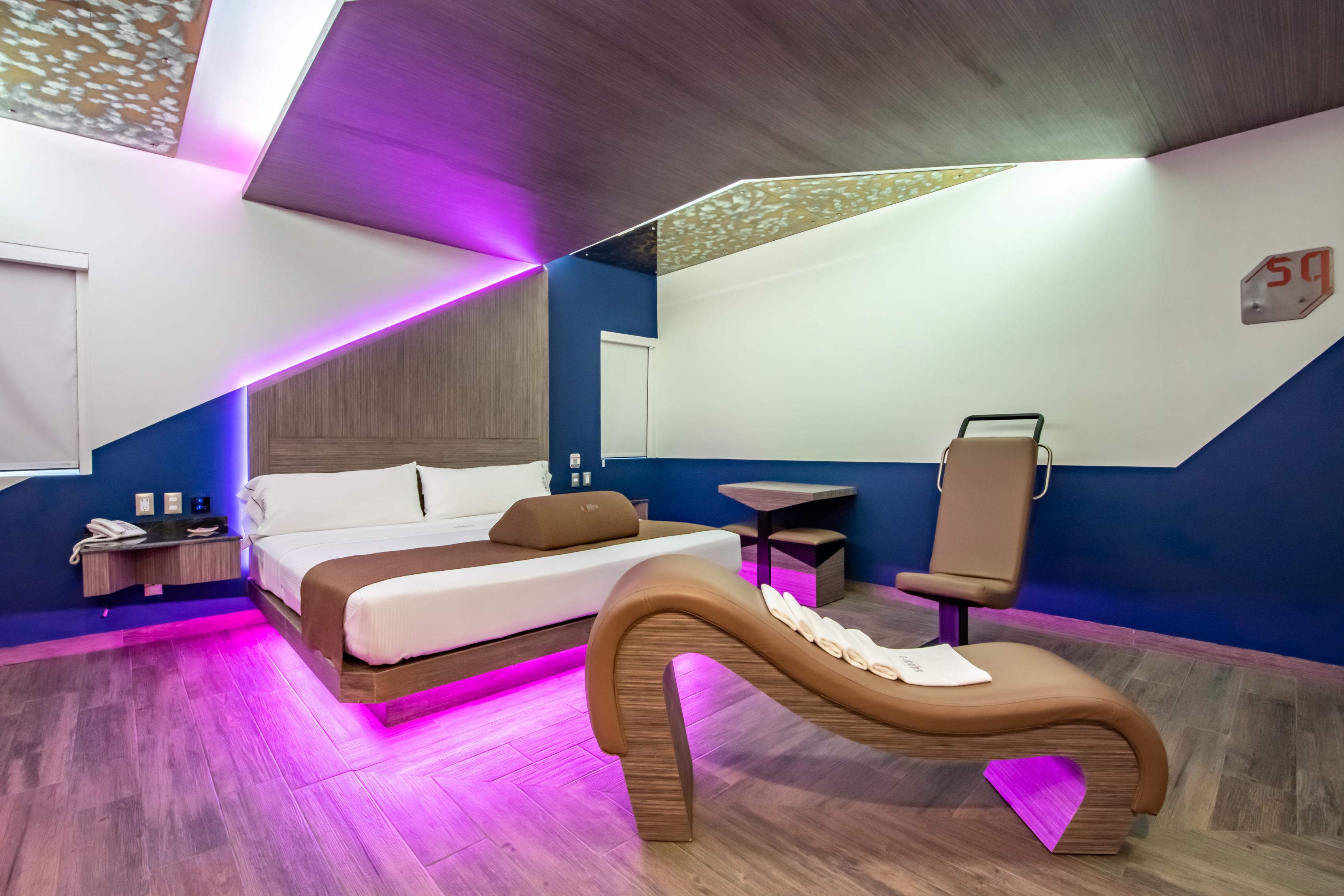 Kamar dengan fasilitas jacuzzi di hotel Sqadra.