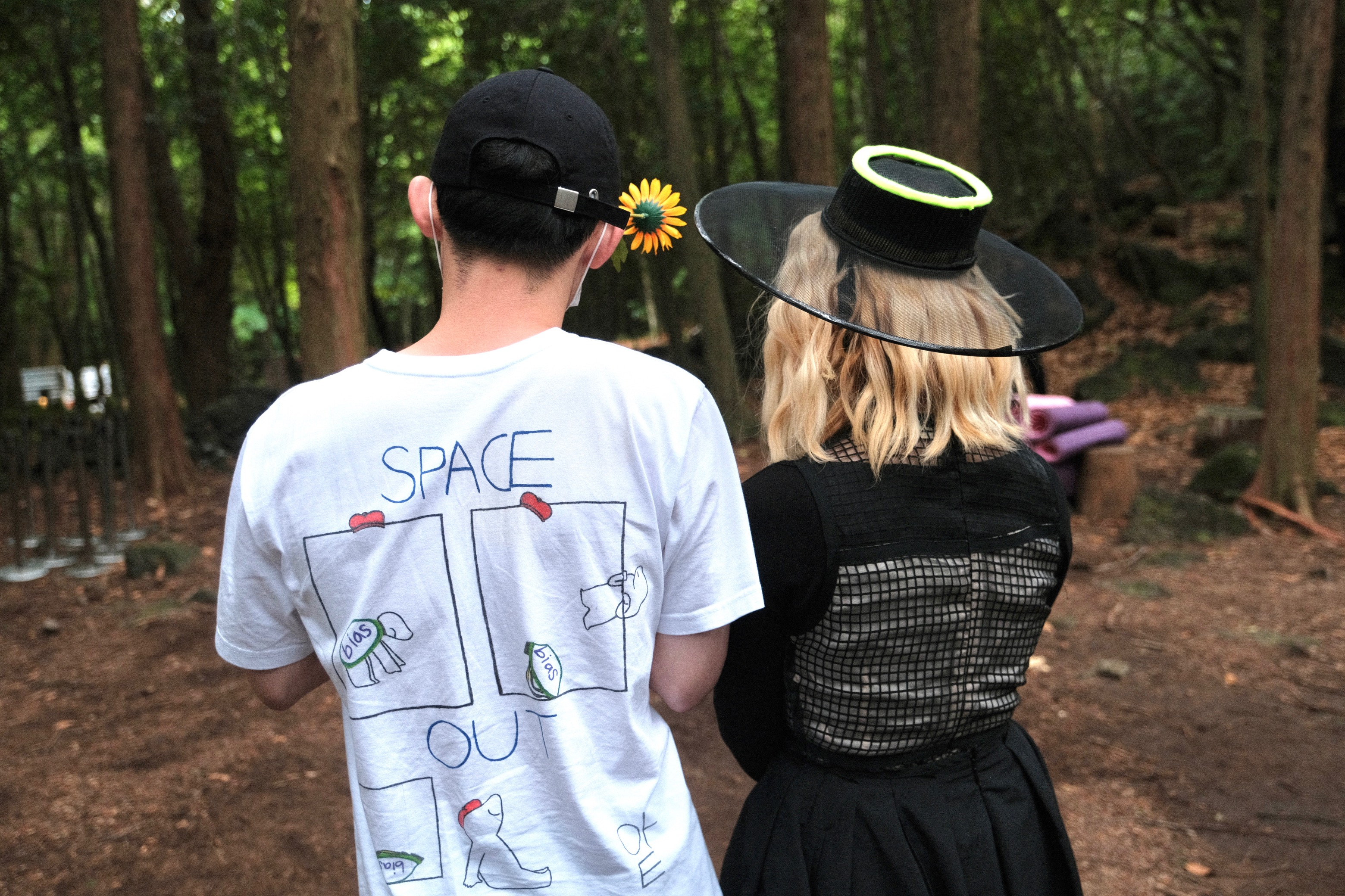 Seorang kontestan mengenakan kaus bertuliskan Space Out dengan gambar kura-kura beristirahat setelah keluar dari cangkang.