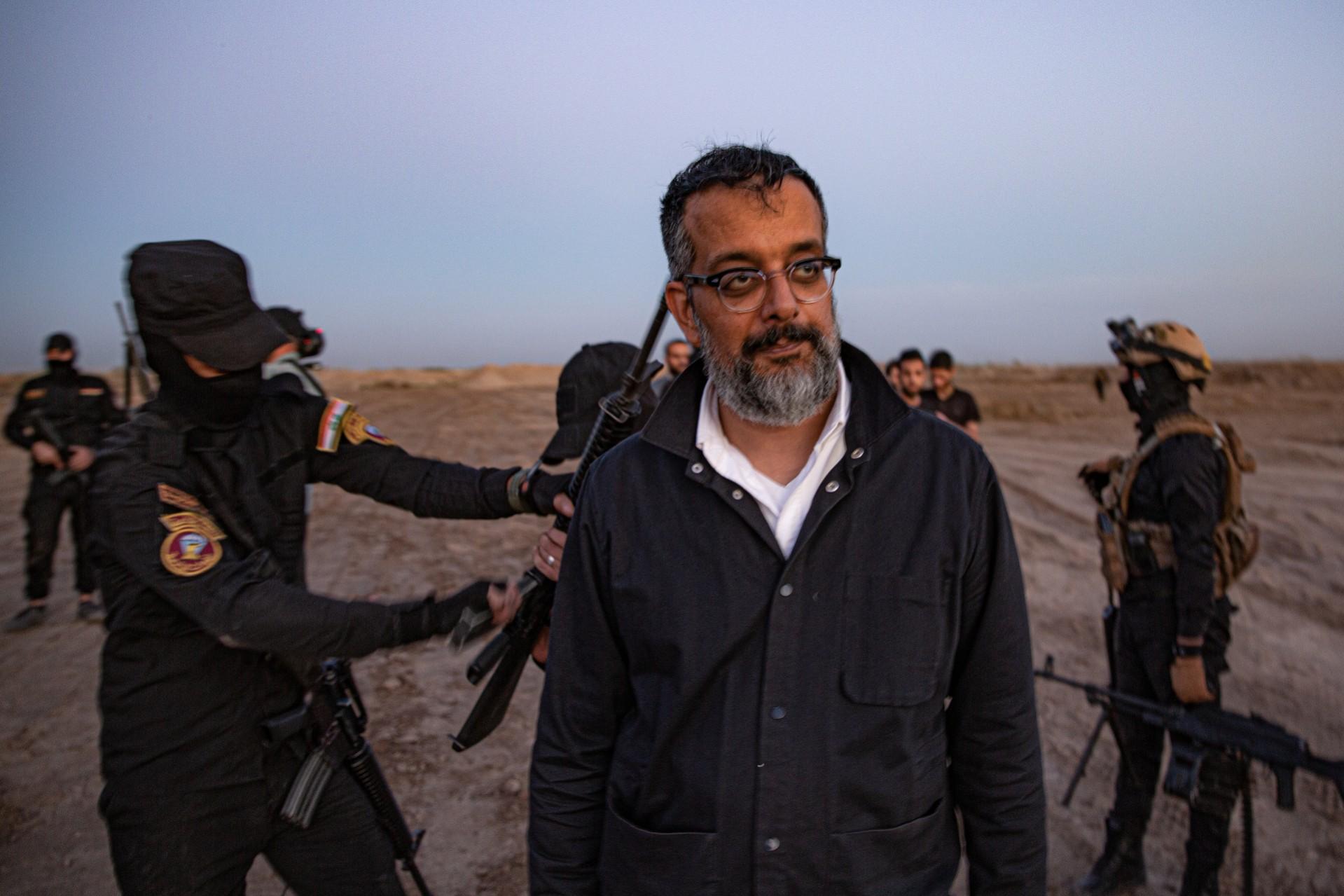 Pendiri VICE Avi Suroosh berpose di depan pasukan.