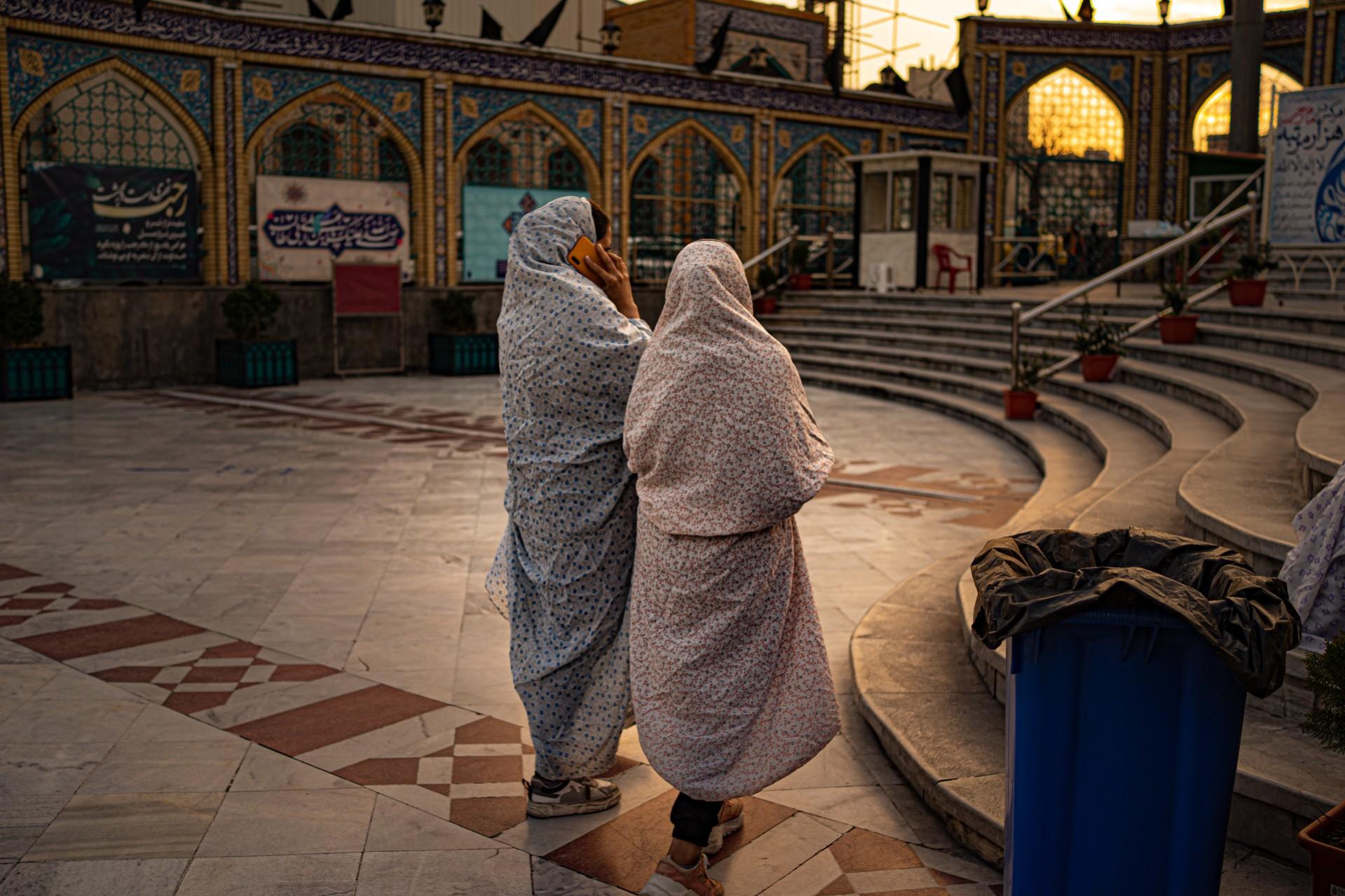 Dua perempuan di masjid.