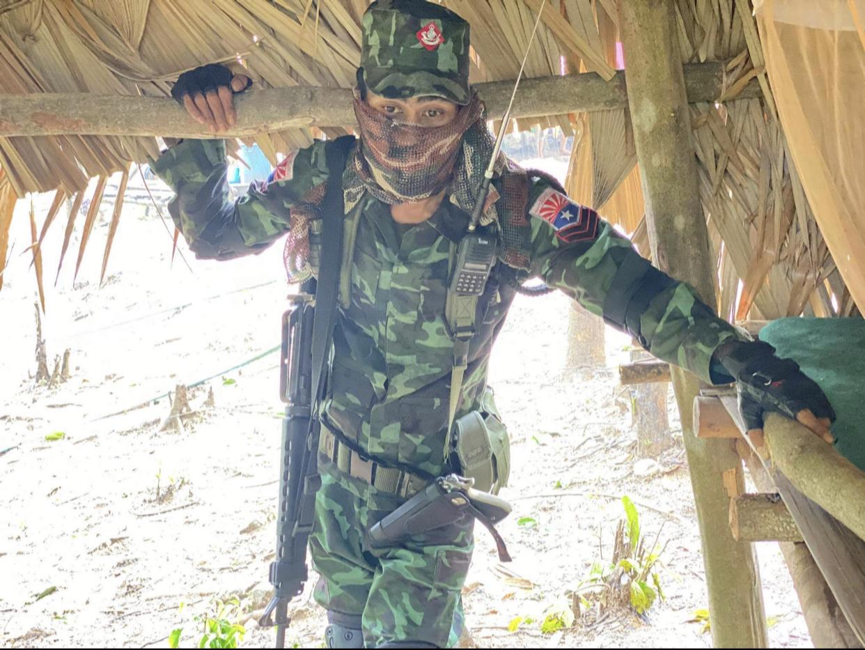 Mantan biksu berseragam lengkap di suatu lokasi di wilayah timur Myanmar.