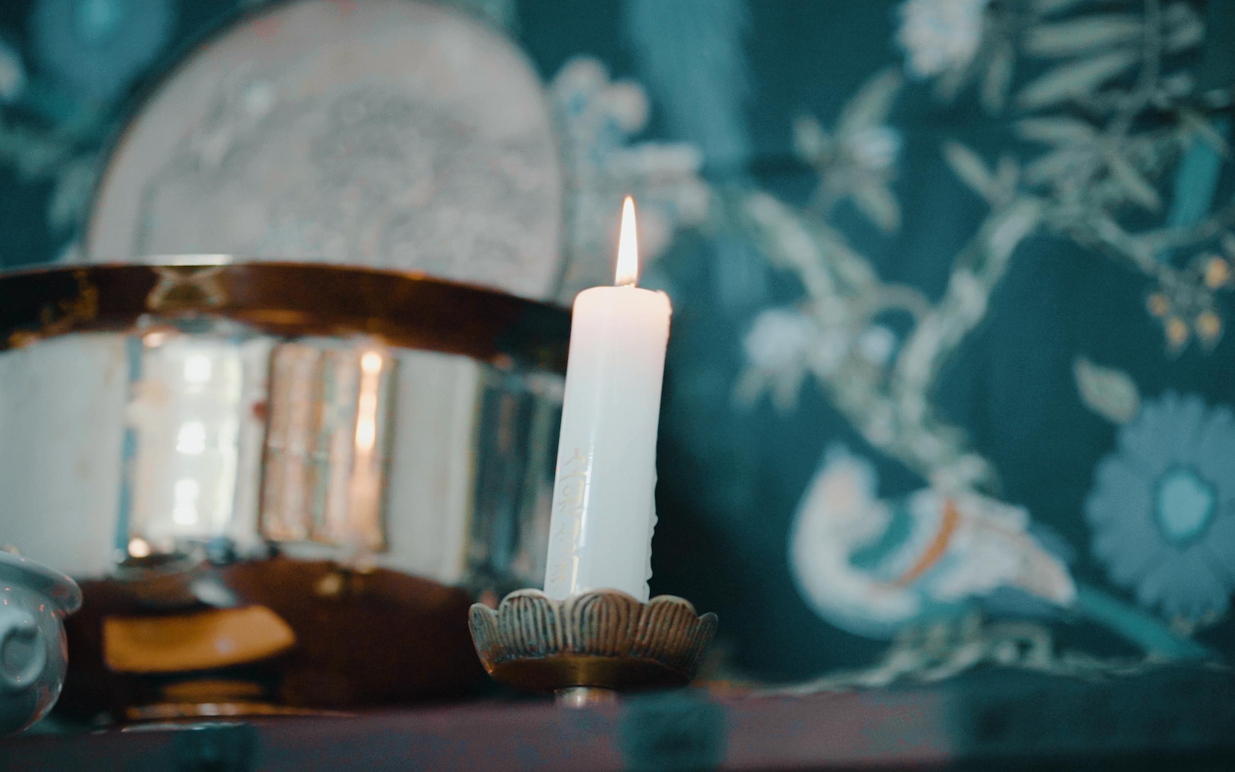 Sebatang lilin yang menyala
