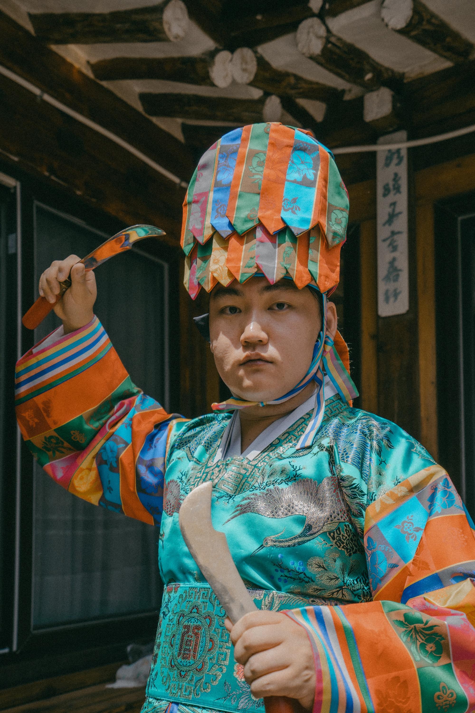 Lelaki mengenakan pakaian tradisional warna-warni