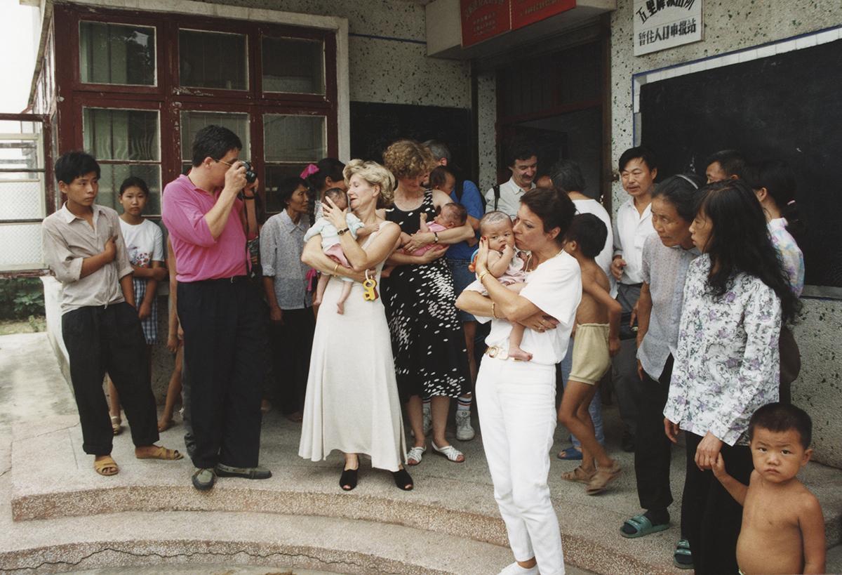 Hari adopsi. Juli 1994, foto arsip.
