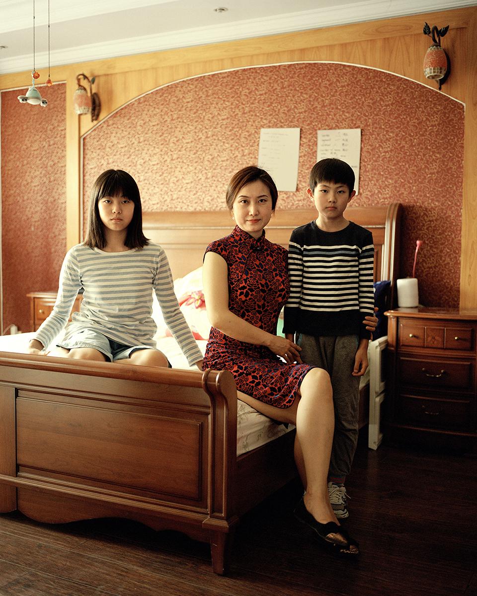 Seorang ibu berfoto bersama dua anaknya.