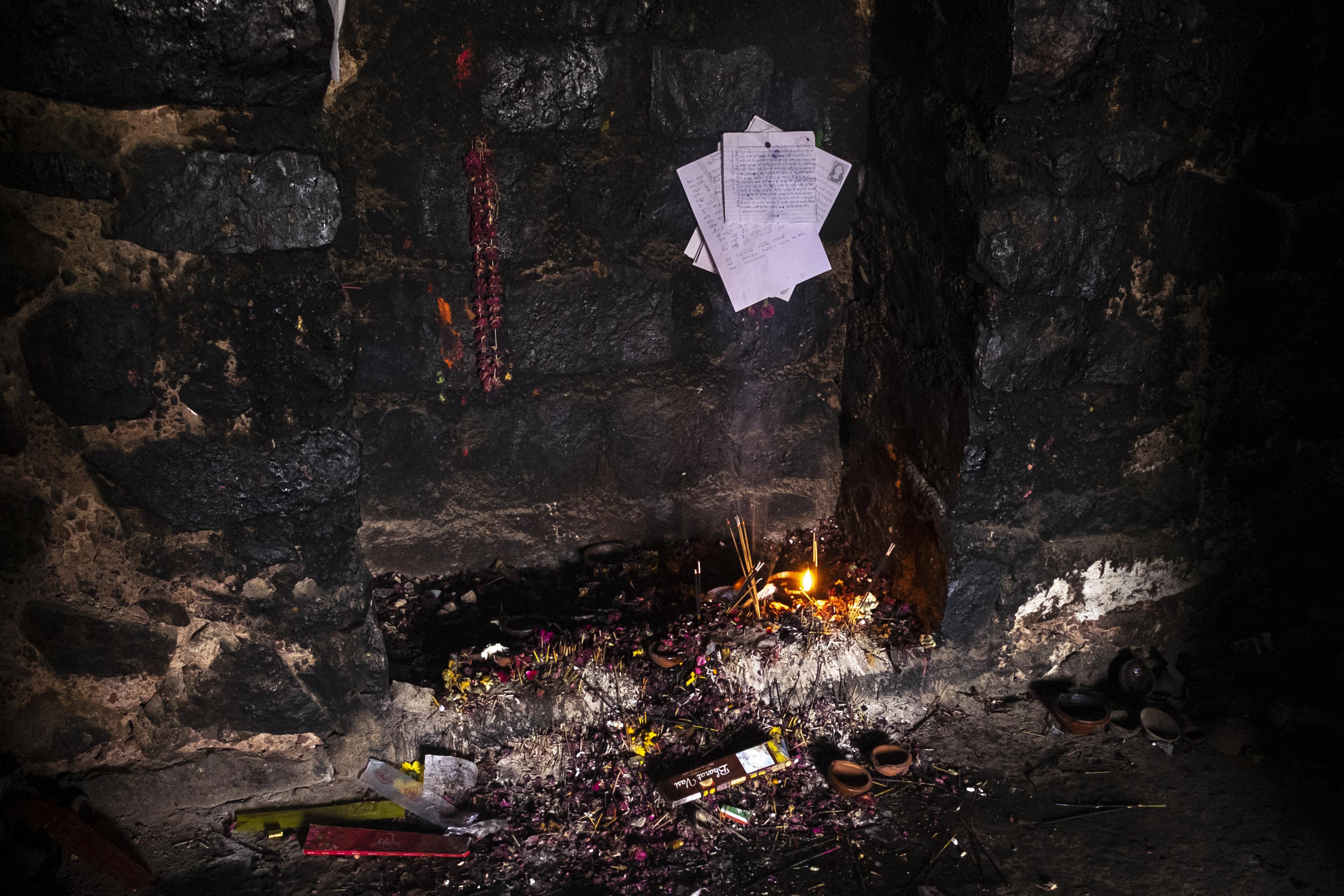 Surat dan sesajen di benteng Feroz Shah Kotla