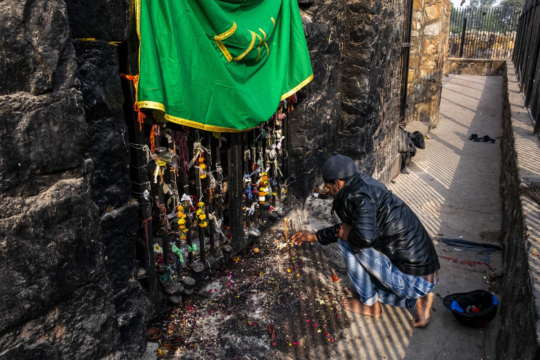 Pengunjung berdoa di salah satu penjara bawah tanah.