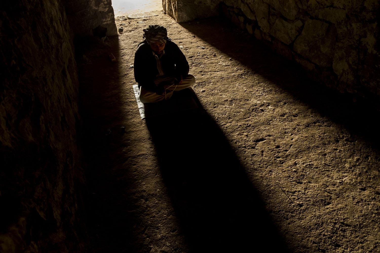 Pengunjung berdoa di salah satu lorong