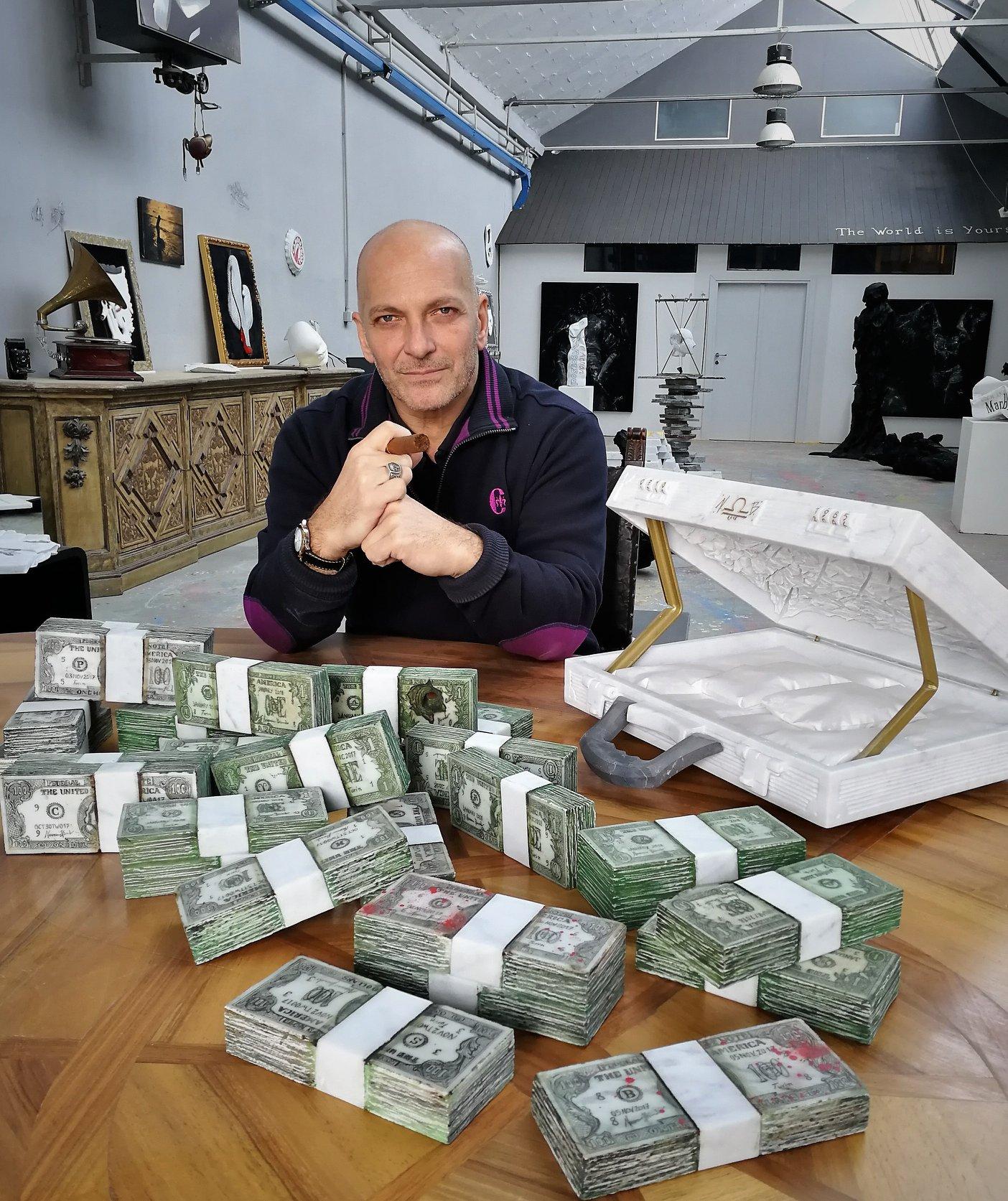 Franco Trentalance berpose dengan karya seni berbentuk tumpukan uang dolar