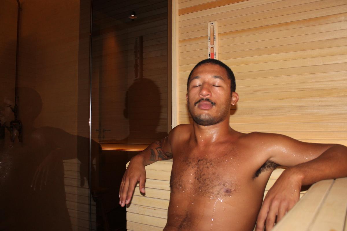 Lelaki bugil sauna di dalam ruangan serba kayu