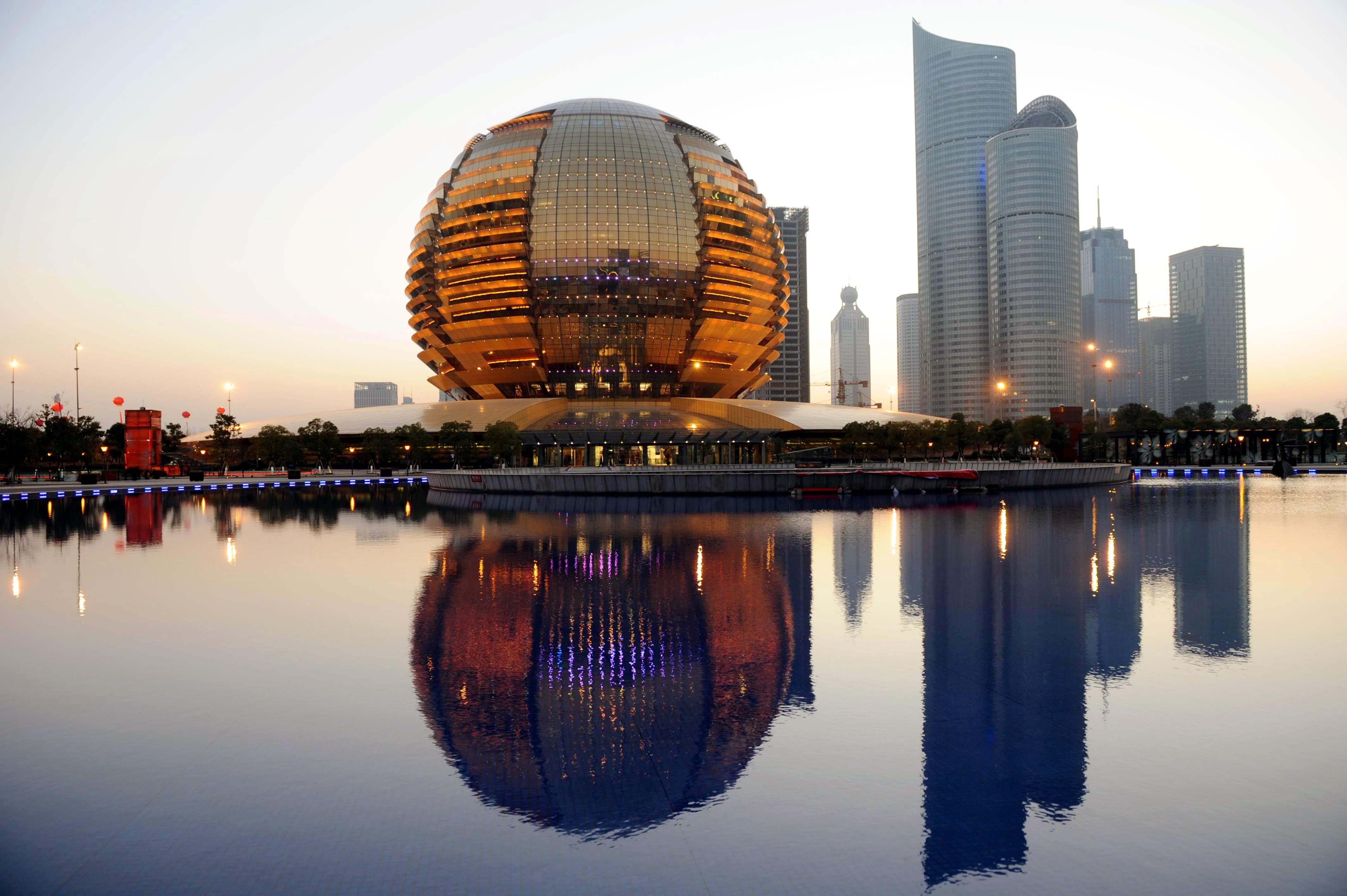 """Gedung konferensi internasional Hangzhou merupakan salah satu dari 10 """"bangunan terjelek"""" pada 2015. Foto: Imaginechina via AP Images."""