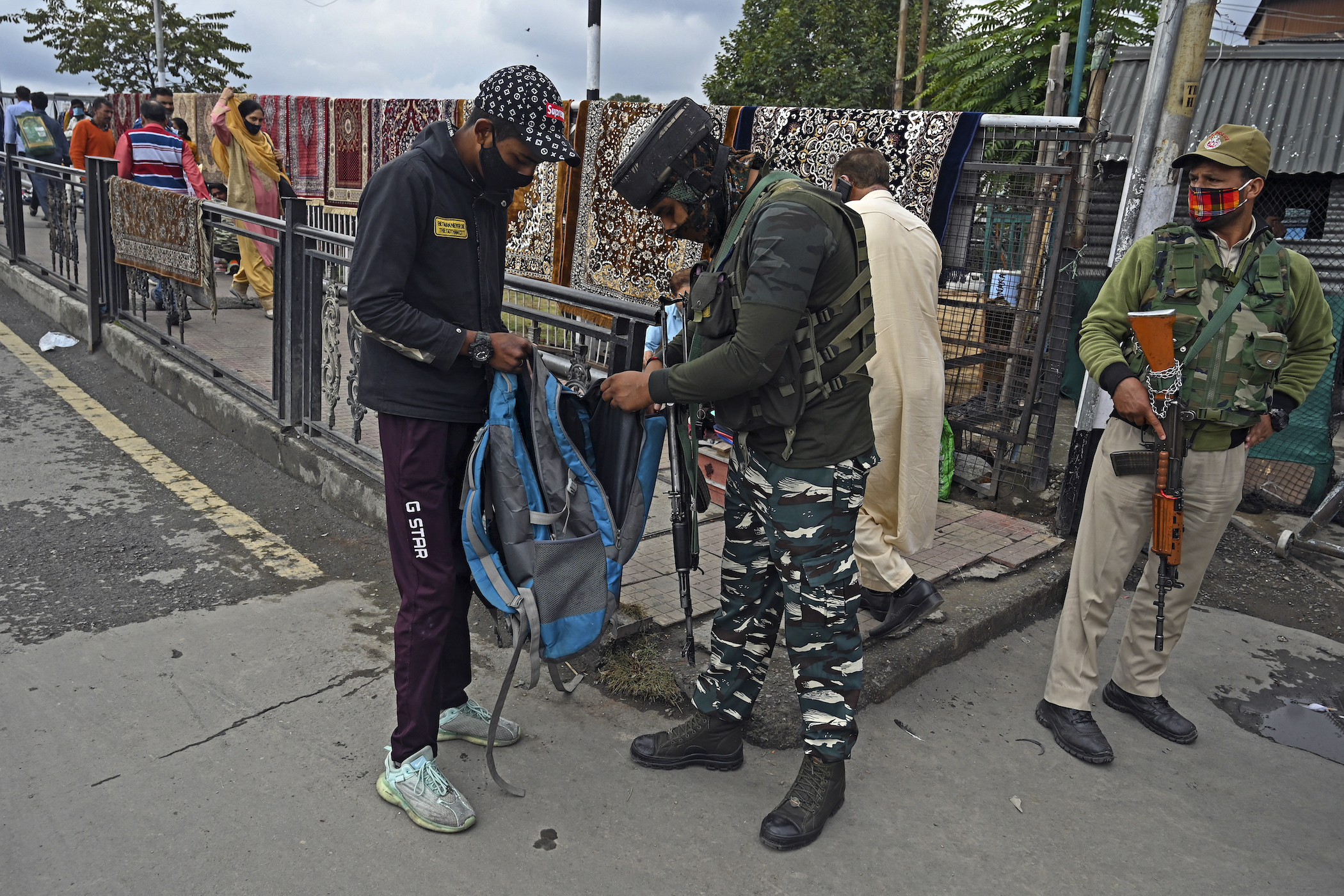 indian soldier kashmir most militarized zone