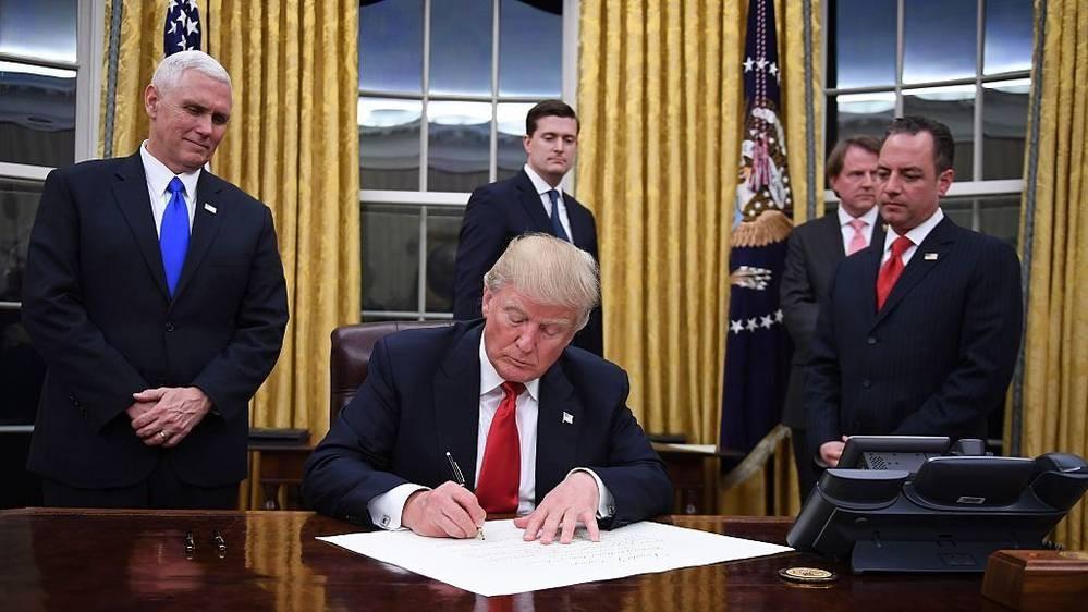 Resultado de imagen para Trump firma ley que afecta programas de salud reproductiva