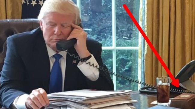 Ο Donald Trump Έχει Ένα Κουμπί στο Γραφείο του Απλώς για να Παραγγέλνει Coca-Cola
