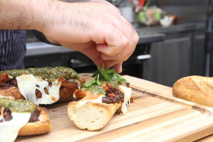 Dieses käsetriefende Chorizo-Sandwich ist das perfekte Katergericht