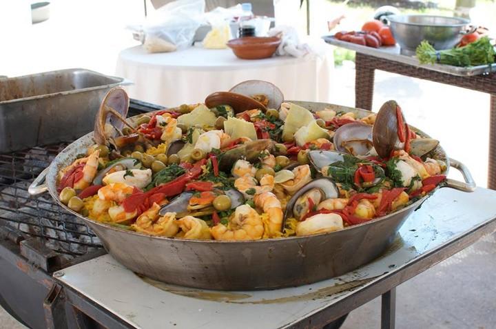 Paella con huevo y bravas con queso: desastres de la comida española por el mundo