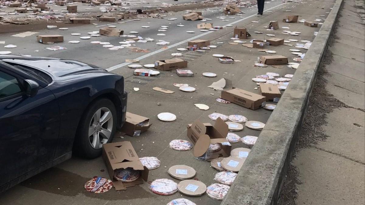 Tragedia: un camión se vuelca regando su carga de pizzas en la ...